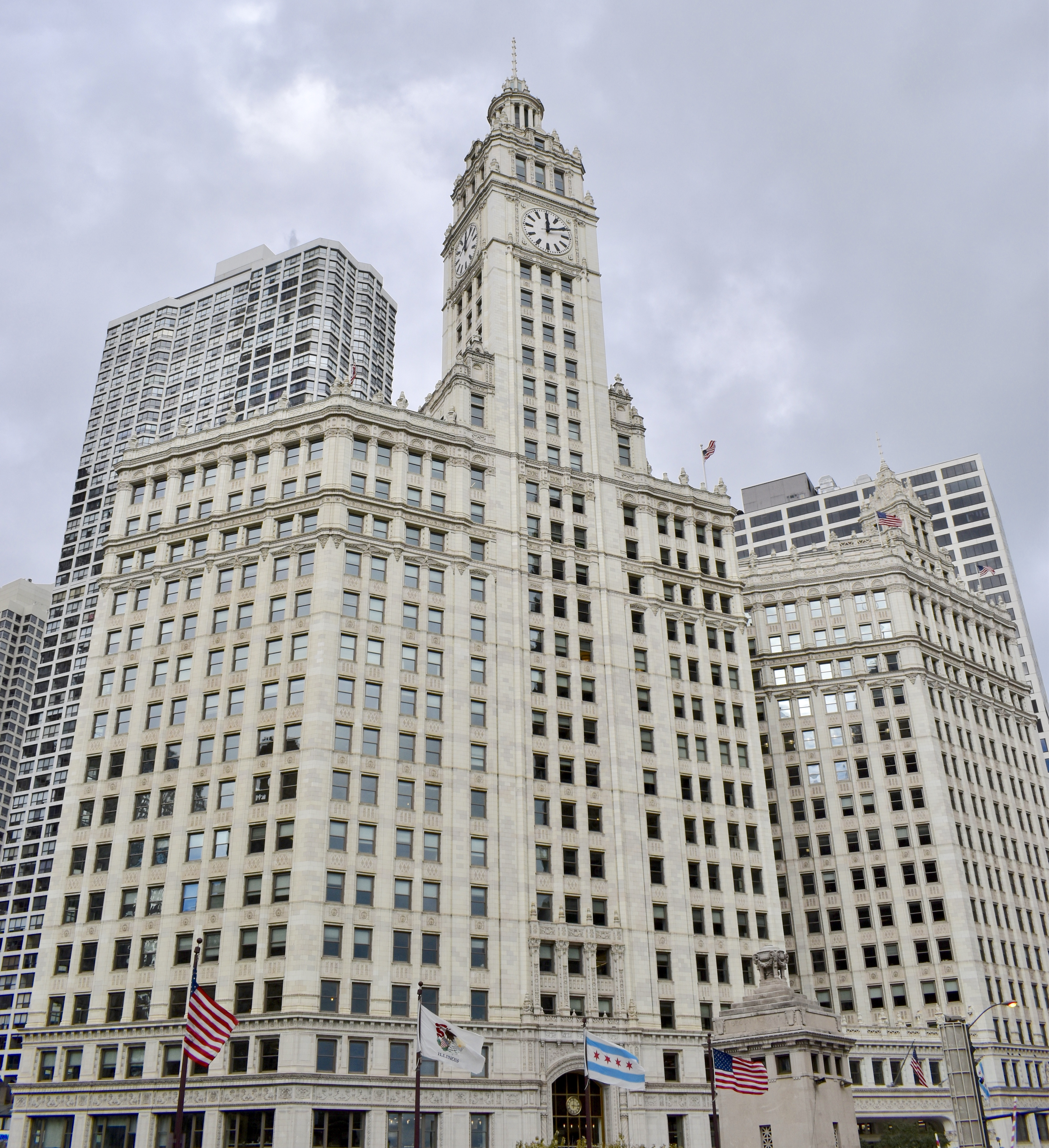 Architectural Tour of Chicago| The Wrigley Building | Cathedrals and Cafes Blog